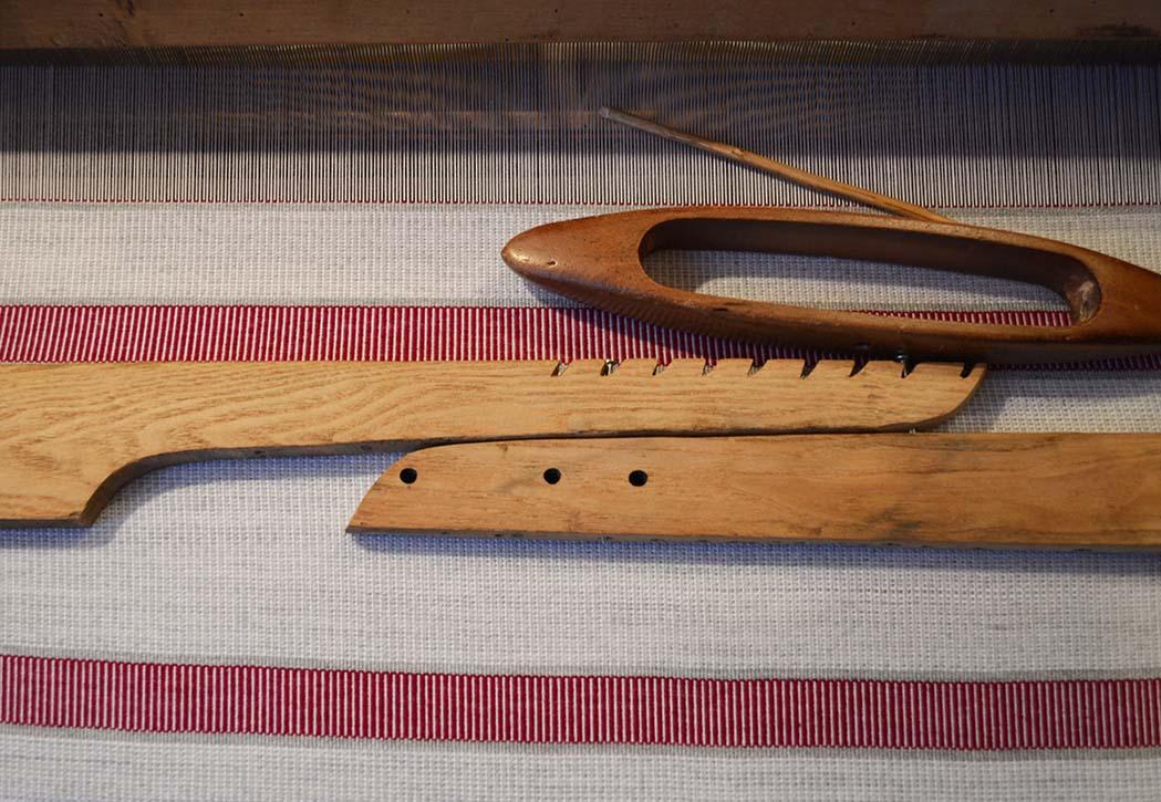 Moniki Aleksandruk kilkumiesięczna nauka tradycyjnych metod tkackich w warsztacie na wschodzie Polski była lekcją pokory oraz próbą pokonania dystansu międzypokoleniowego.