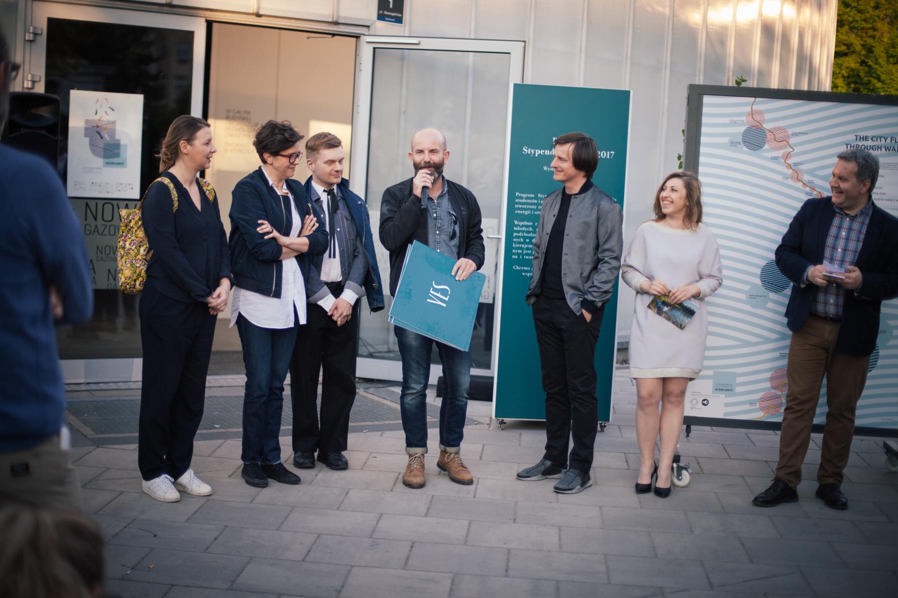 Prace oceniało jury w składzie (od lewej): Magda Dąbrowska, Kasia Bukowska, Krzysztof Stróżyna, Wojciech Trzcionka (przewodniczący) i Oskar Zięta. Obok Zięty Andżelika Jabłońska, organizatorka Poznań Design Festiwal.