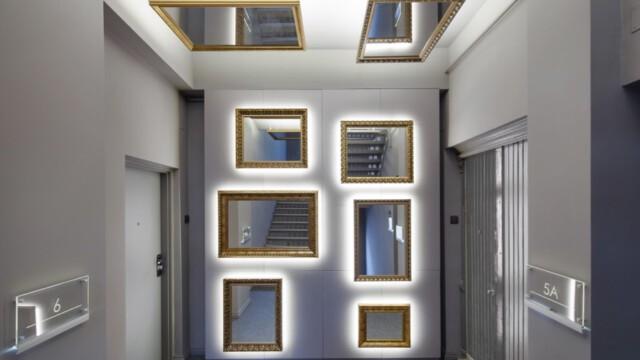 Niezwykła metamorfoza klatki schodowej. Szarości i lustra, wszędzie lustra
