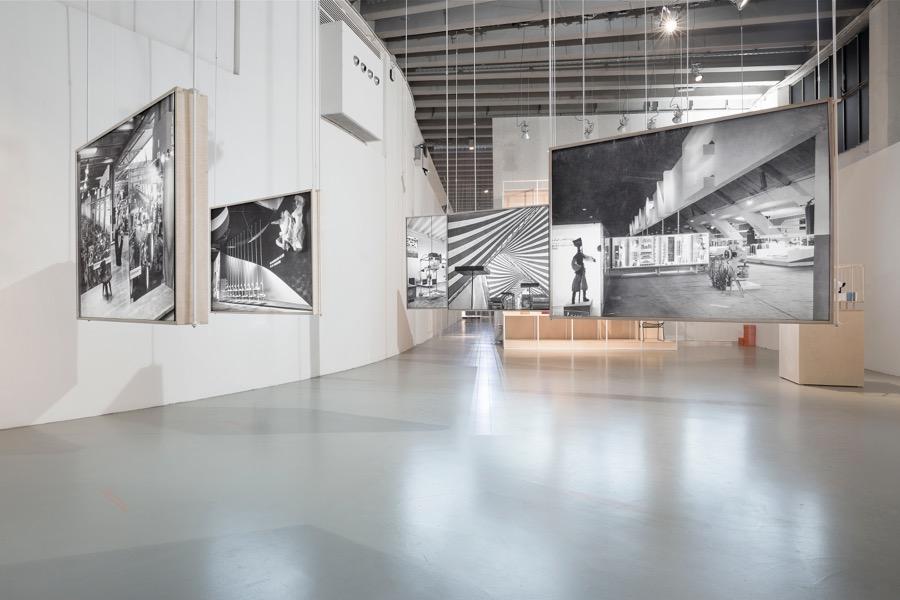 """Wystawa """"Back to Front"""" opiera się na unikalnych, niepokazywanych dotąd międzynarodowej publiczności materiałach fotograficznych."""