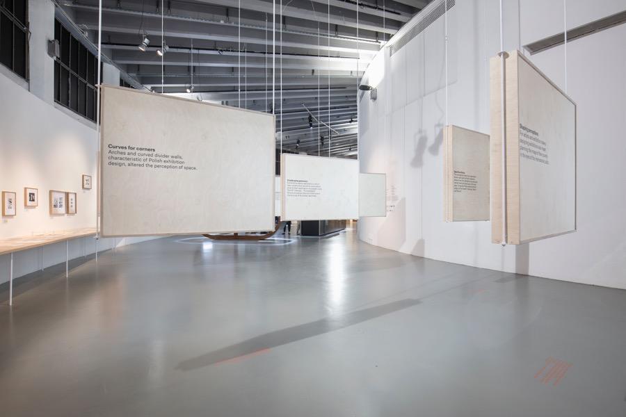 """""""Back to Front. Polish Exhibitions on Show"""" koncentruje się nie na obiektach, ale na unikatowym zjawisku, jakim było projektowanie ekspozycji prezentujących Polskę na wystawach światowych w latach 40., 50. i 60. XX wieku."""