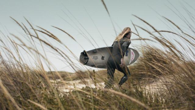 Pianki surferów inspirowane mundurami marynarki wojennej i polskich wojsk lotniczych