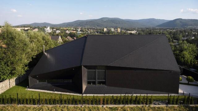 Czarna Skała. Niezwykły dom od Mus Architects u podnóża gór