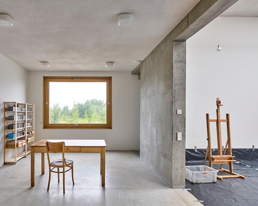 Dom i pracownia artystów z oknami jak kadry obrazów