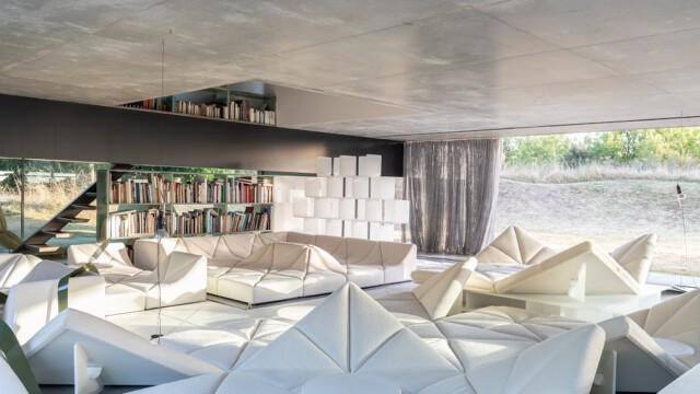 """Willa Lemoine. Modernistyczne arcydzieło zaprojektowane przez Rema Koolhaasa i """"ubrane"""" w ikony Pierra Paulina"""