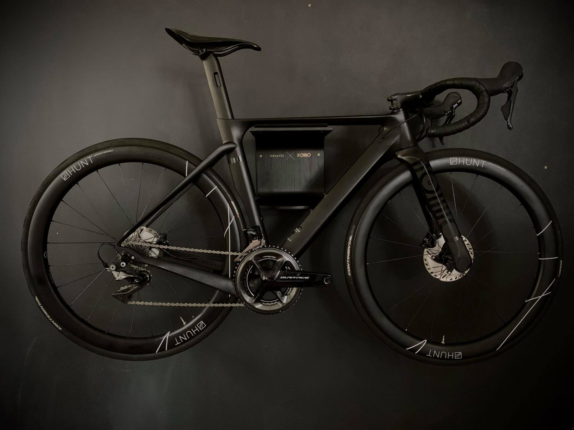u-shape-black-wieszak-rowerowy-poroducent-tabanda-projektant-filip-ludka-tomasz-kempa-megi-malinowska-tabanda_designalive
