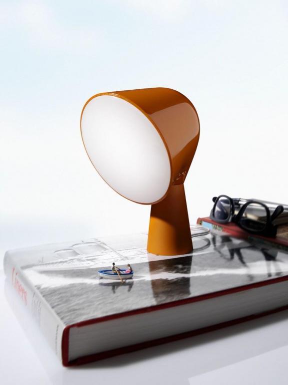 Lampa Binic, złożona z matowej, aluminiowej stopy i poliwęglanowego, błyszczącego projektora może służyć jako lampa stołowa. fot. ARC