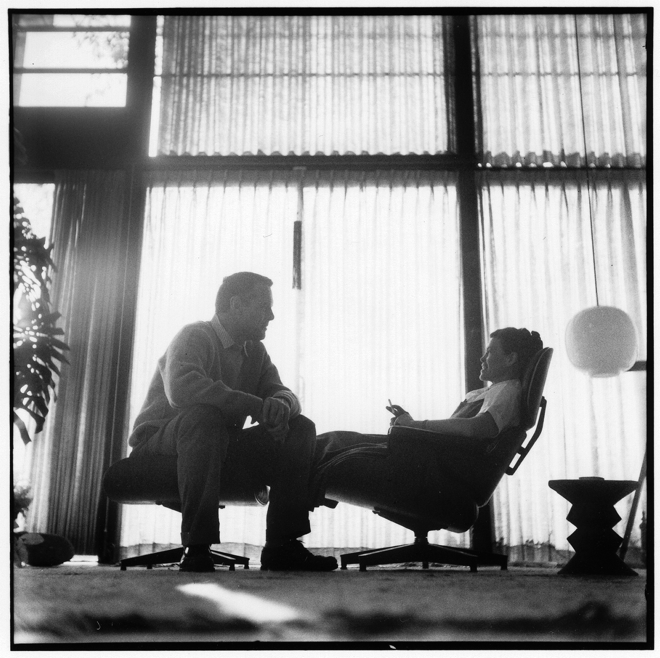 Charles Eames i Ray Eames testują własny wynalazek. fot. ARC