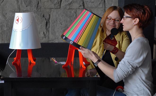 Lampkę She! testowały Ewa Trzcionka (z prawej) i Magdalena Jackowska.  fot. Wojciech Trzcionka
