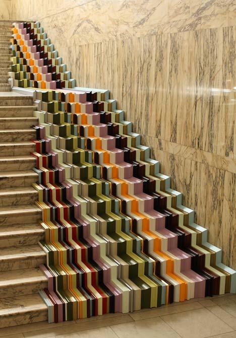 Projektant umieścił ramy na marmurowych schodach galerii, asymetrycznie, tak aby przejście nie było zwykłym doświadczeniem. fot. ARC