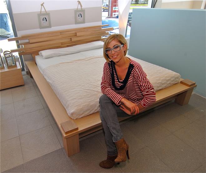 Natalia Kukulska zaprojektowała łóżko z litego drewna. fot. Wojciech Trzcionka