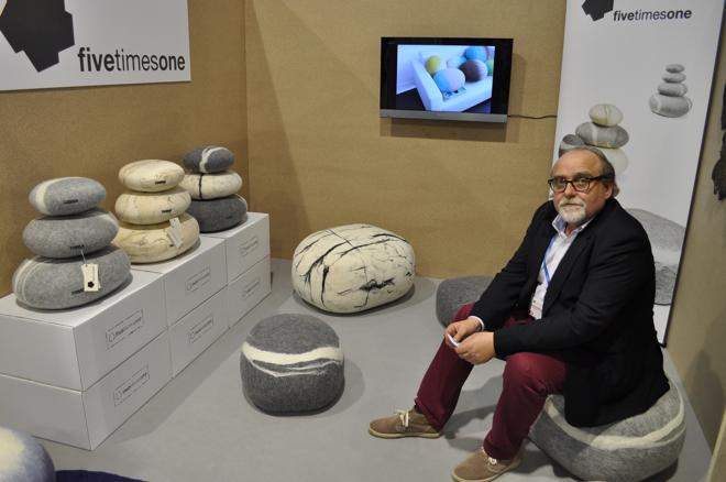 - Poduszki są wykonywane ręcznie przez lokalnych rzemieślników pod nadzorem projektantów - przyznaje Mirosław Popławski z Fivetimesone. fot. Wojciech Trzcionka