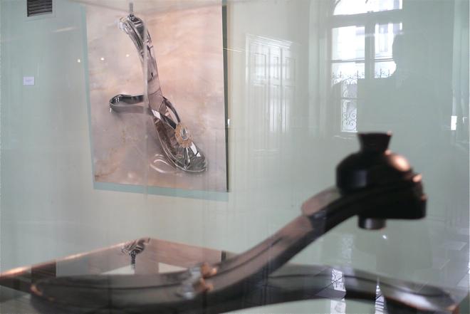 Czy design medyczny może być piękny? To pytanie zadają nam organizatorzy wystawy. Na zdjęciu proteza stopy, wykonanej z włókna węglowego. fot. Marcin Mońka