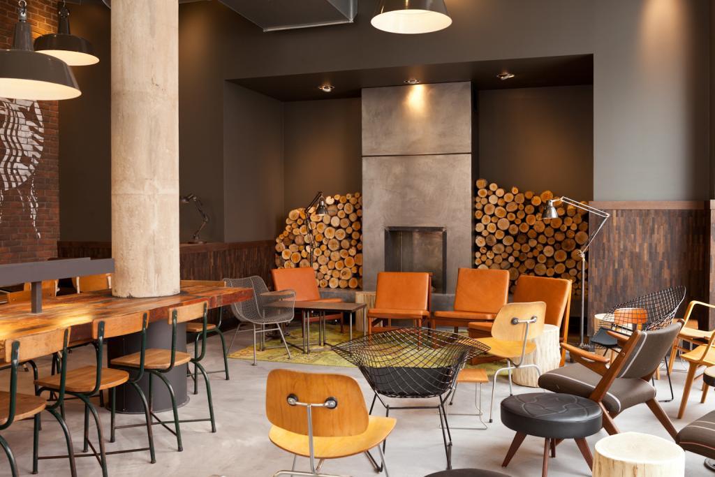 Kawiarnię wyposażono m.in. w krzesła znanych amerykańskich projektantów, Charlesa i Ray Eamesów. fot. Materiały prasowe