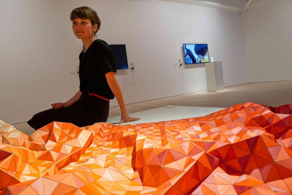Elisa Strozyk sprezentowała specjalny egzemplarz drewnianej tkaniny (wooden textile). Pierwszy raz użyła koloru, oczywiście czerwonego. fot. Redakcja DA