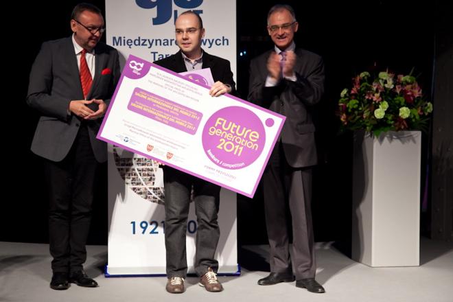 Michał Bartkowiak z Poznania w nagrodę za projekt produktu Drzwi w każdą stronę weźmie udział w przyszłorocznej edycji Salone Internazionale del Mobile w Mediolanie. fot. Materiały prasowe