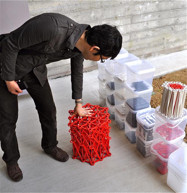Z elementów sofy można też budować krzesła i stołki. Trzeba jednak cierpliwości, bo elementów do złożenia jest sporo. fot. Ewa Trzcionka