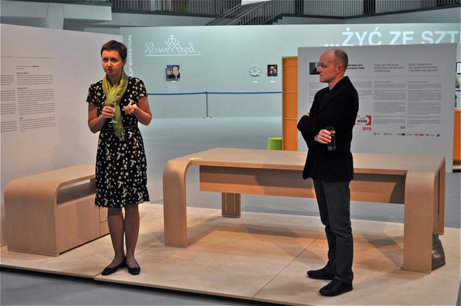 W Gdyni zobaczymy wystawę mebli projektanta Tomasza Augustyniaka (z prawej). Z lewej Beata Bochińska, prezes Instytutu Wzornictwa Przemysłowego. fot. Wojciech Trzcionka