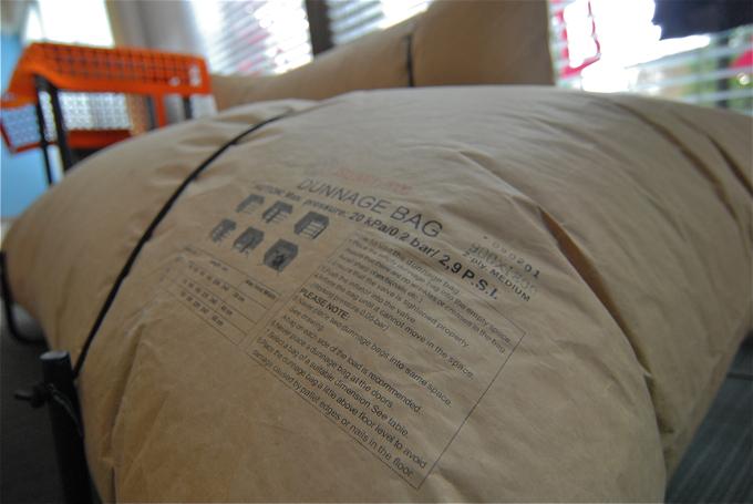 Sofa jest zrobiona z worków powietrznych, w 100 proc. podlegających recyklingowi. fot. Wojciech Trzcionka