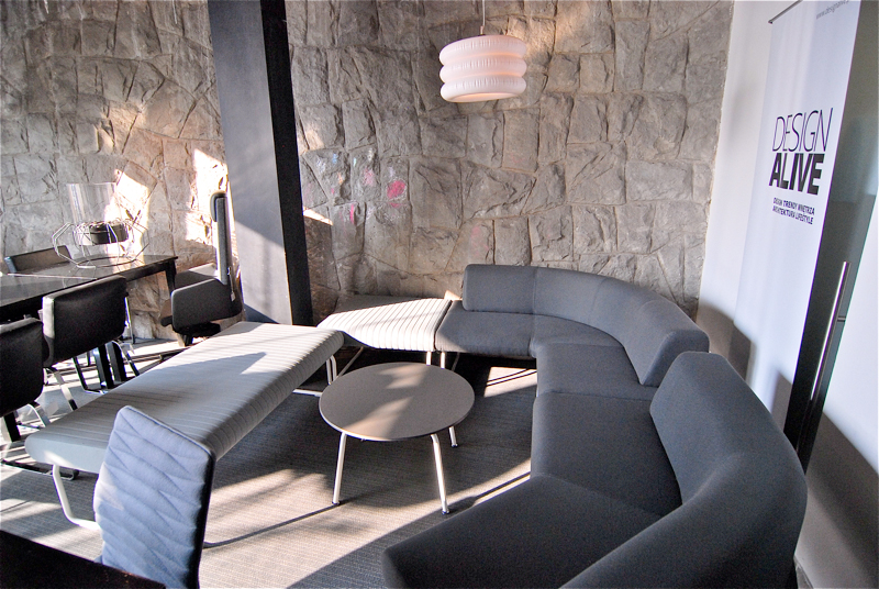 Na Legvana składają się fotele, sofy, stoły oraz elementy wolnostojące, które można konfigurować w zupełnie dowolny sposób. fot. Wojciech Trzcionka