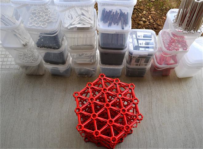 Elementy niezbędne do stworzenia sofy powstają z przetworzonych plastikowych butelek, a następnie są formowane przy użyciu techniki wtryskowej. fot. Ewa Trzcionka