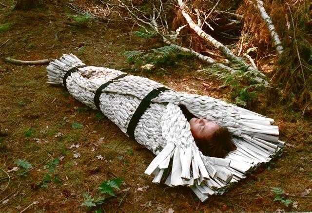 Holenderska projektantka Antoinette Klawer wymyśliła trumnę z gazet, która niczym śpiwór, miękko spowija zmarłego. fot. ARC