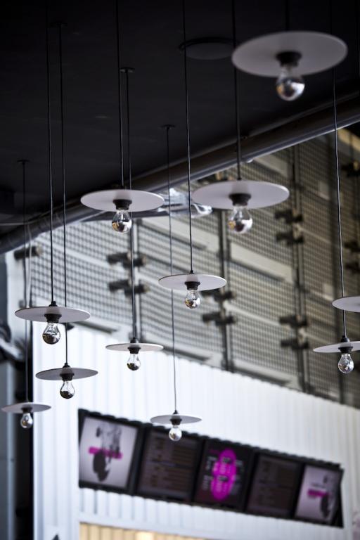 Specjalnie na potrzeby foyer zaprojektowano kompletny system wielofunkcyjnych mebli. fot. Materiały prasowe