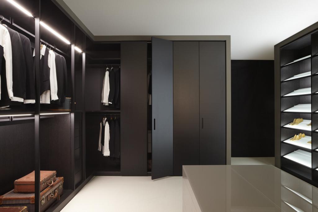 Storage - systemy otwartych i zamkniętych szaf powalają umeblować specjalne pomieszczenie na wzór amerykańskich pokojów do przechowywania ubrań i przebierania. fot. Materiały prasowe