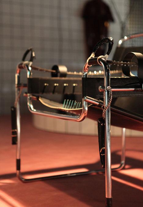 Niemicki projektant Mike Meire na ostatniej edycji IMM w Kolonii zaprezentował instalację nawiązującą do klubu fetyszystycznego. fot. ARC