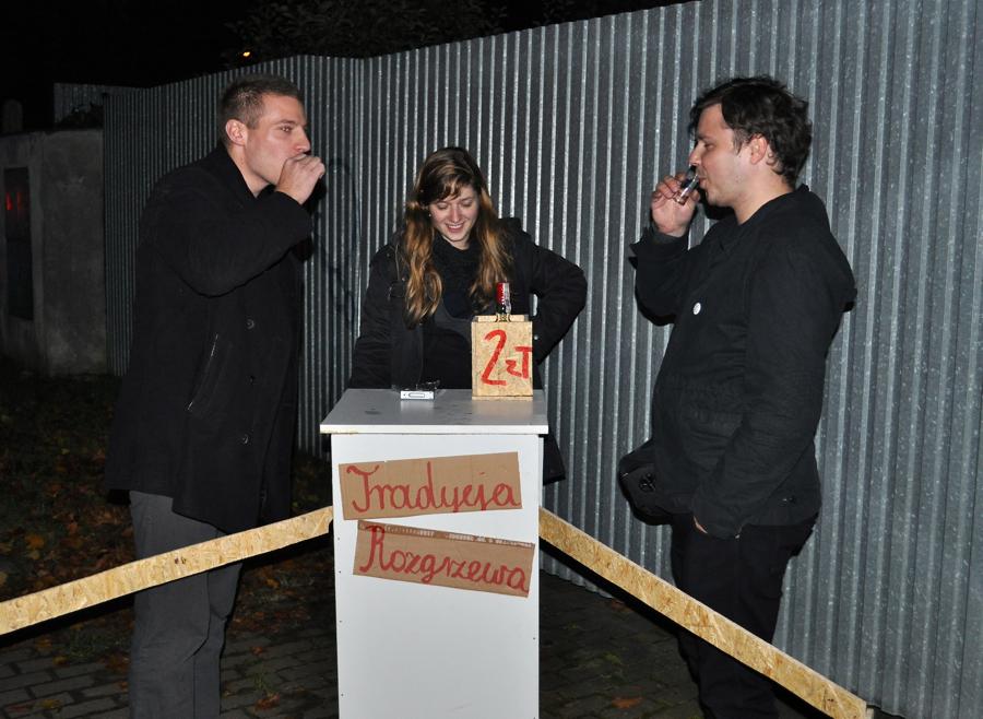 Podczas otwarcia pracowni można było... napić się wódki za 2 zł. fot. Wojciech Trzcionka