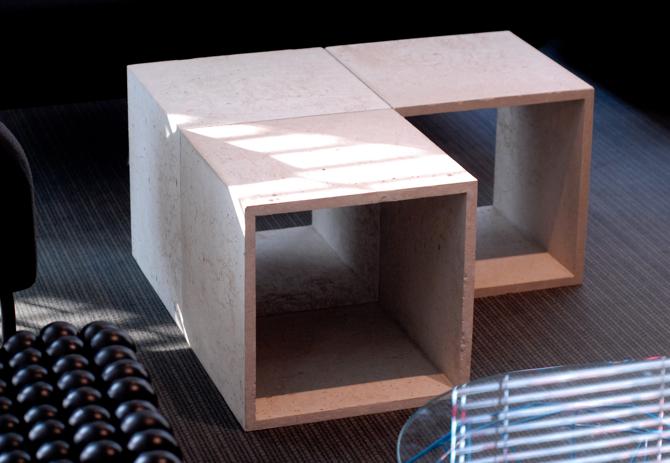 Z pojedynczych elementów można nie tylko budować regały, ścianki działowe, biblioteki. Cube można też wykorzystywać jako siedziska, stoliki czy ekspozytory. fot. Wojciech Trzcionka