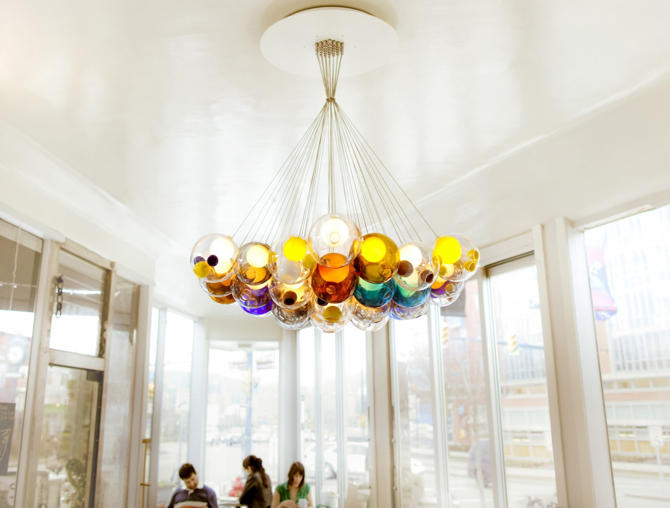 Wszystkie kolekcje Bocci to niezwykły sposób na potraktowanie szkła: w zakładach Bocci jest dmuchane, inżynierowie i producenci eksperymentują z formą i materiałami.  fot. Materiały prasowe
