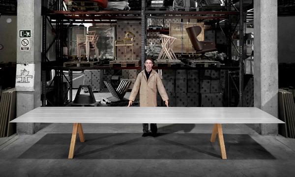 Pięciometrowy stół wykonano przy użyciu ograniczonej ilości profili, powstał w różnych wykończeniach, ma także zróżnicowane nogi. fot. Materiały prasowe