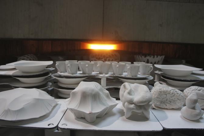 Projektanci pracują razem w dolnośląskich fabrykach porcelany. fot. Materiały prasowe