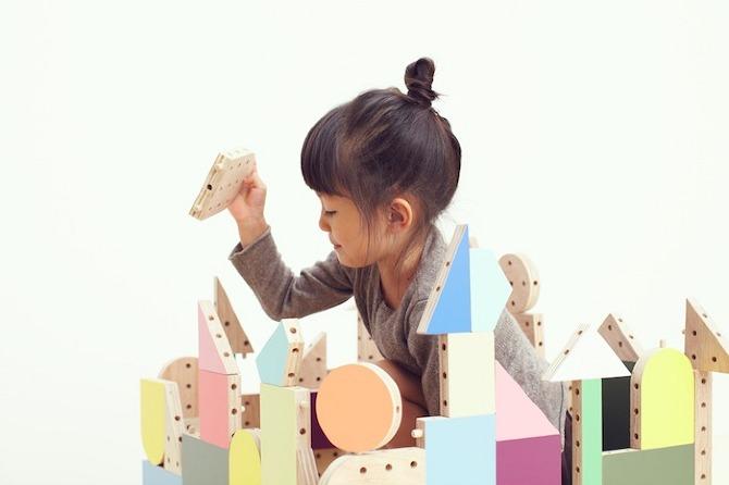 Zasada działania klocków opiera się na fundamentalnej zasadzie konstruowania wymyślonych kombinacji przy użyciu drewnianych elementów. fot. Akihiro Ito