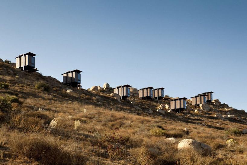Tworzy go 20 osobnych domków z widokiem na skalisty i półpustynny krajobraz. fot. Materiały prasowe