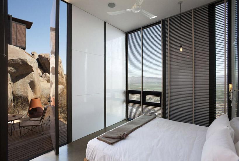 Każdy domek ma osobne wejście i jest wyposażony w sypialnię z dużym panoramicznym oknem a także łazienkę. fot. Materiały prasowe