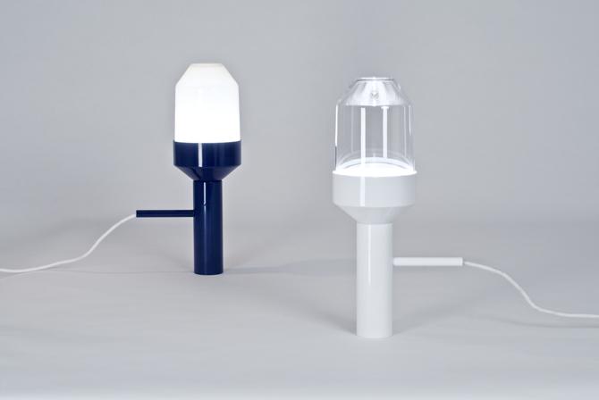 Lampa ma cylindryczną podstawę oraz stożkowate zwieńczenie. fot. Materiały prasowe