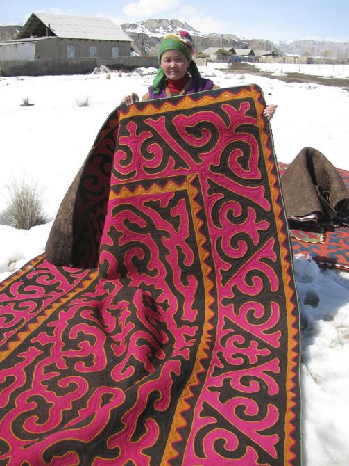 Każdy dywan jest ręcznie filcowany, kolory powstają przy użyciu barwników pochodzących z owoców oraz korzeni. fot. Materiały prasowe