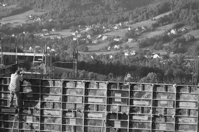 - Kiedyś oglądałem program o Oscarze Niemeyerze, który wspominał czas, gdy budowano Brasilię. Tam wiele działo się niemal identycznie: jeszcze nie były ukończone rysunki a on odbierał telefon o wlewanym betonie.  Rysunki szły na bieżąco, goniły robotę. Ja też oglądam żywą budowę i rysuję - przyznaje 42-latek. fot. Wojciech Trzcionka