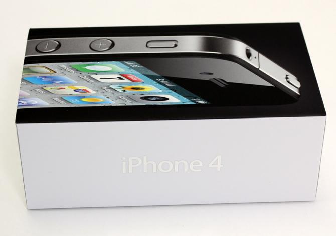 Opakowanie iPhone'a zostało wykonane tak, by zabezpieczyć telefon przed zniszczeniem, by było jak najmniejsze i nie marnowało miejsca w magazynach i transporcie. fot. Materiały prasowe