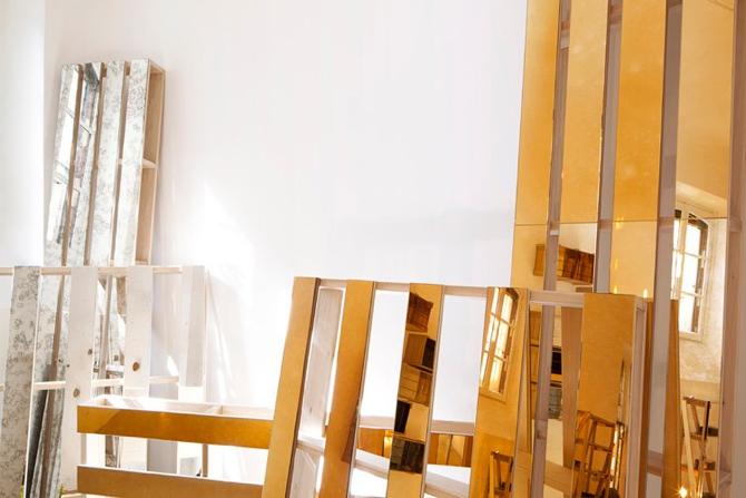 Lustra niezbędne do stworzenia mebli powstają we włoskich zakładach rzemieślniczych. fot. Materiały prasowe