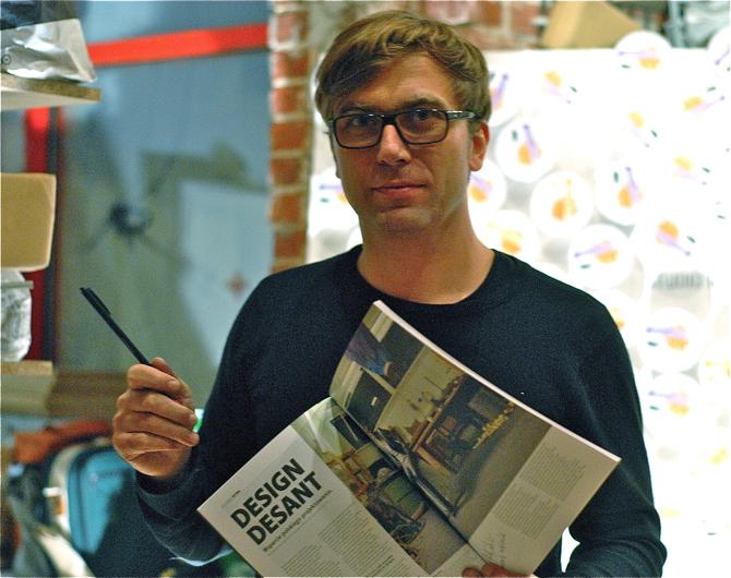 Autograf w magazynie złożył m.in. znany projektant Tomek Rygalik. fot. Wojciech Trzcionka