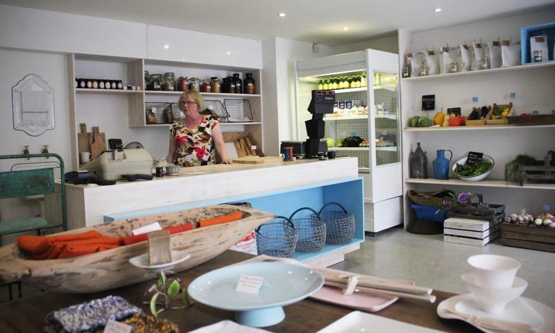 W sklepie można znaleźć też dodatki do domu: ręcznie robioną porcelanę z Australii i japońskie ściereczki z lnu.