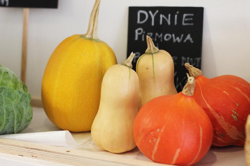 Teraz dostępne są sezonowe warzywa z Polski, a na jesieni pojawią się ekologiczne cytrusy z Sycylii.