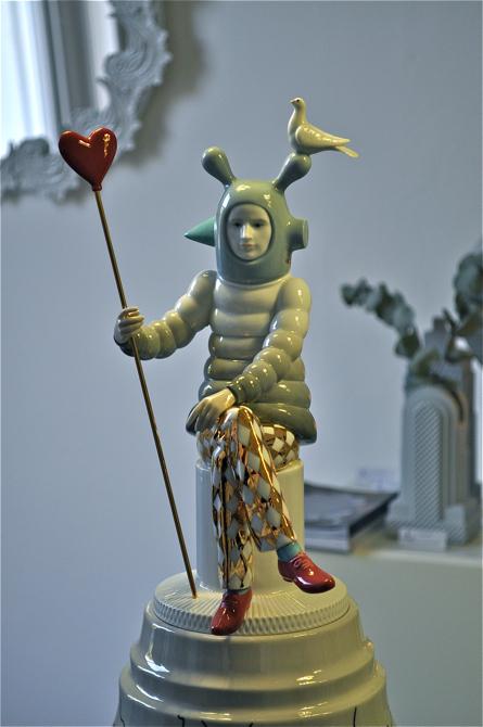 Na kolekcję składają się drobne figurki, bibeloty ale także wazy, lampy czy świeczniki. fot. Wojciech Trzcionka