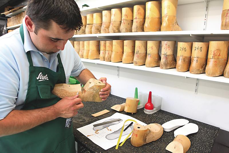 W zakładach Strolza pracują rzemieślnicy, specjaliści od wytwarzania najwygodniejszych butów narciarskich. fot. Materiały prasowe