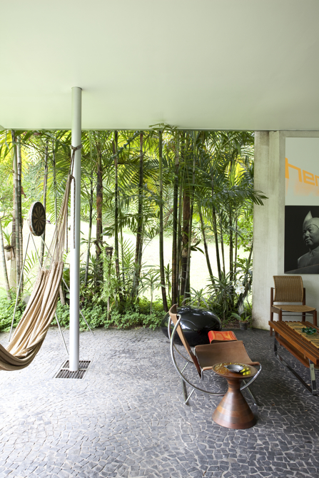 Cały budynek ma charakter otwarty, zwłaszcza na naturę, która niemal wdziera się do środka. fot. Fran Parente
