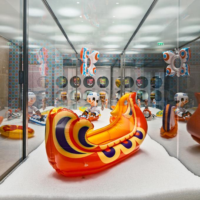 Miejsce prezentacji grubo ponad setki zabawek nie jest przypadkowe: Muzeum Sztuki Dekoracyjnej gromadzi także zabawki, na stałej ekspozycji jest ich kilkanaście tysięcy. fot. Studio Toast i Luc Boegly