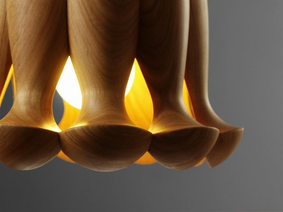 Kolekcja lamp o różnych kształtach została stworzona ręcznie z litego drewna. fot. Materiały prasowe